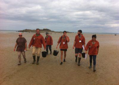 Bénévoles au retour de la marée à Martin-Plage