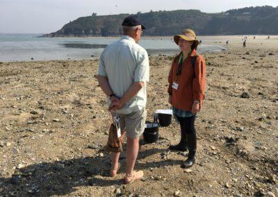 Carole échangeant avec un pêcheur à Martin-Plage