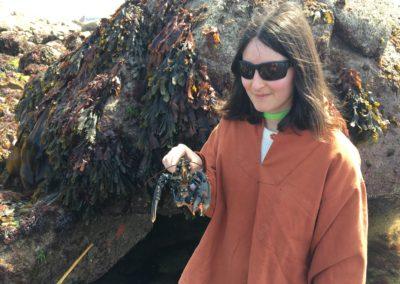 Emma relachant un homard trop petit à St-Gildas