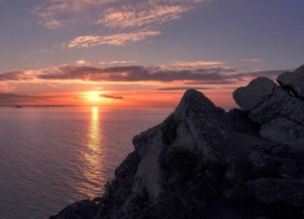 La côte d'Erquy au crépuscule : nature et voûte céleste